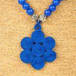 Biwarda – Sautoir à perles en bois et pendentif passementerie bleu 2