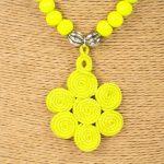 Biwarda – Sautoir à perles en bois et pendentif passementerie jaune 2