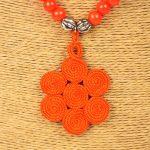 Biwarda – Sautoir à perles en bois et pendentif passementerie orange 2