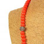 Biwarda – Sautoir à perles en bois et pendentif passementerie orange 3