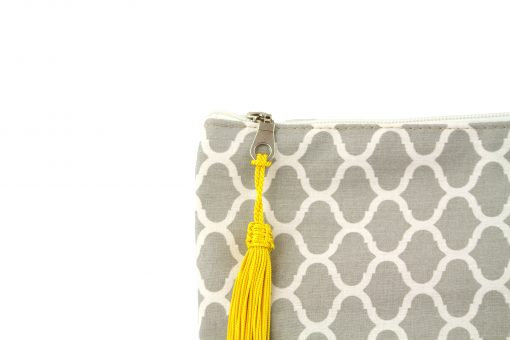 pochette orientale grise sabra pompon pompom jaune soie végétale vegetal silk artisanat marocain zip